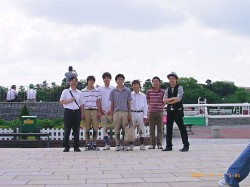 OBと学生の記念写真