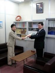 桂太郎公の写真の前で、井上委員長より後藤企画室長に募金を渡しました