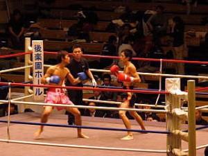 見事KO勝利の横山和朗選手(2年・写真右)