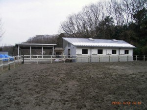 馬房と蹄洗場(左)