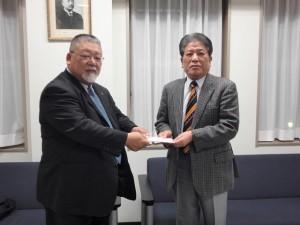 今年も静岡県支部から陸上競技部へ箱根駅伝支援金が贈呈される