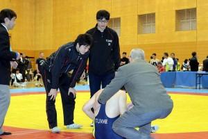 負傷の父を心配そうにのぞき込む遼さんと晋さん
