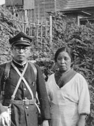 在学中中国大陸に向かうに当たって拓大の制服制帽姿で母との記念撮影
