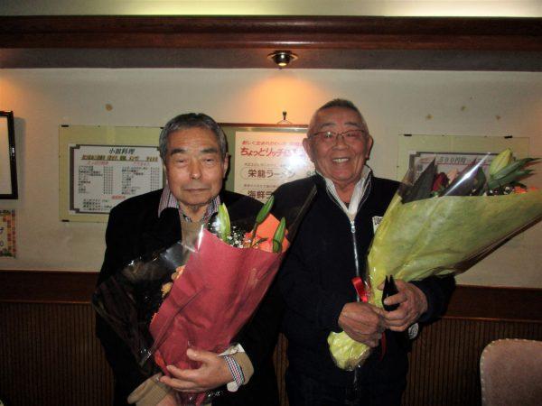 自動車部の竹内博名誉会長(左)と菅原義正先輩
