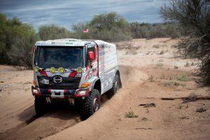 日野チームスガワラの1号車でドライバーを務め、砂漠を激走する菅原義正先輩
