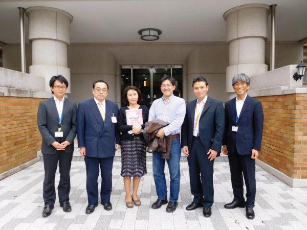 瀧谷佳隆氏(中央右)と大学スタッフ