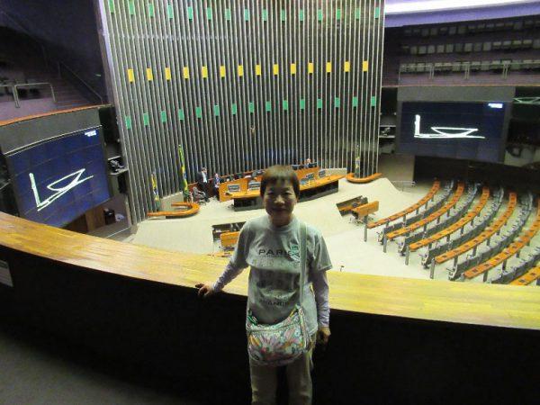首都ブラジリアの国会議事堂内にて