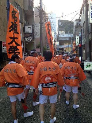 街を練り歩く学友会連