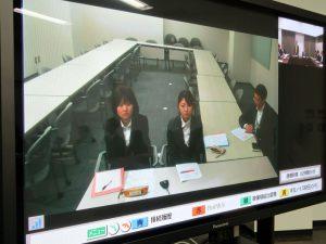 テレビ会議で参加する学生ら