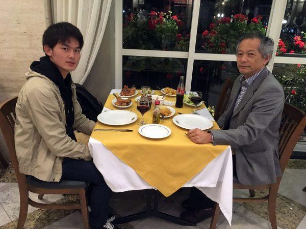 世界で2番目に大きいレストランRestaurante Madalossoにて上田さん(右)と食事
