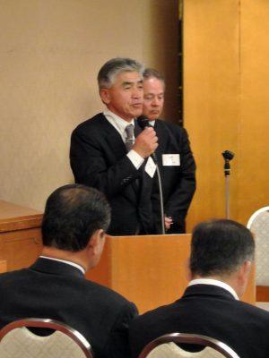 新任の挨拶をする山崎新支部長