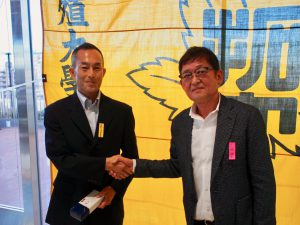 棚本OB会長(右)と千葉監督