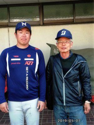 鈴木岐阜県支部長(右)と池田投手